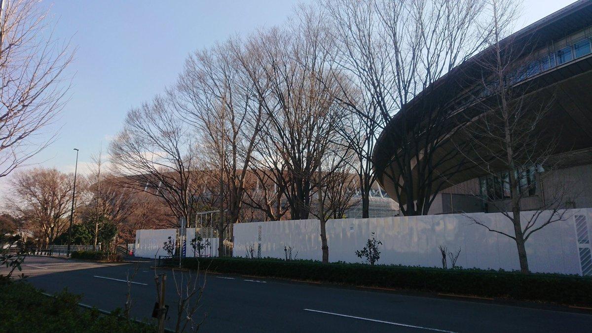 test ツイッターメディア - 今日のもうひとつの目的は渋谷川を辿ること。新宿御苑の池の湧水を水源の一部とし、外苑西通りの地下を暗渠化された渋谷川が流れています。千駄ケ谷駅前の東京体育館はオリンピックに向けた改修工事に入っており、外周がほぼ出来上がった新国立競技場を横目に千駄ヶ谷ホープ軒で昼食。 https://t.co/YH9J787iBB