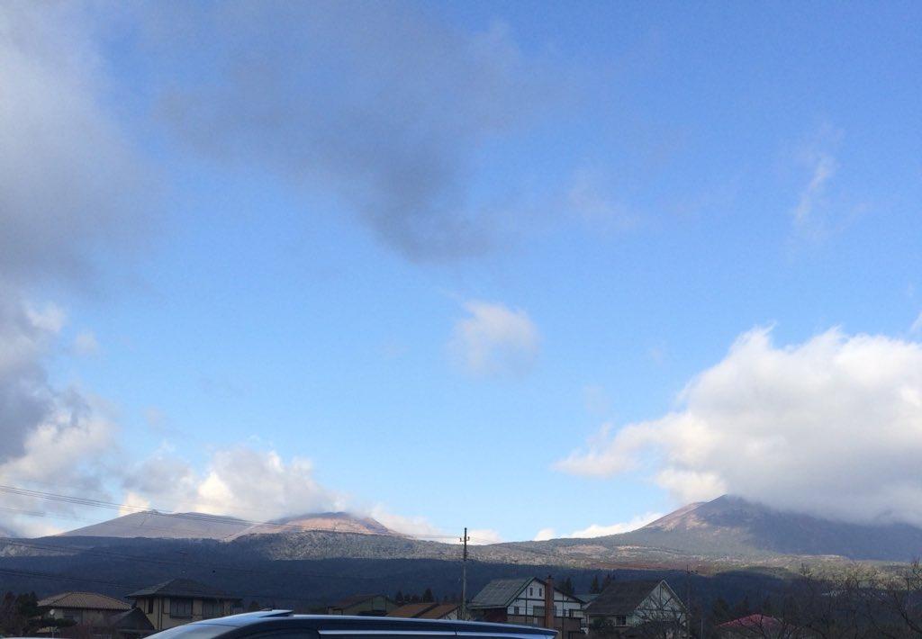 test ツイッターメディア - このクソ寒い日に『羊にエサをあげたい』という長男殿の要望で牧場に来た。 因みに一番左の山はあの新燃岳です。 https://t.co/64hDZ8Kc21
