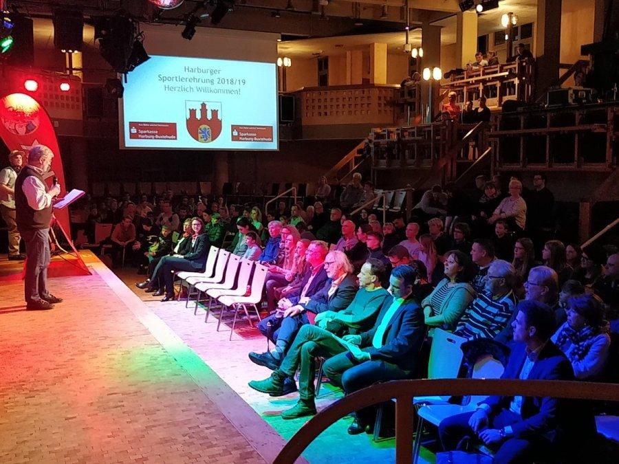 test Twitter Media - Die Sportlerehrung der Kinder und Jugendlichen startet. Moderator Karsten Bode begrüßt die jungen Sportlerinnen und Sportler sowie die Gäste. #Harburg #Süderelbe @HH_Active_City https://t.co/OFTomVU4c2