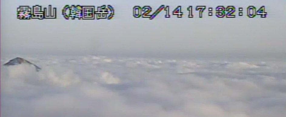 test ツイッターメディア - えびの高原から見た硫黄山と韓国岳(インターネット自然研究所より)と韓国岳から南東方面を見た様子(頭だけ出ているのが高千穂峰。眼下に見えるはずの新燃岳は雲の下)(気象庁火山監視カメラより)。ほぼ同じエリア&時間なのに、この違い‼ https://t.co/ncc62wMST4