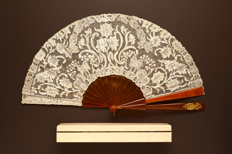 Blond tortoiseshell folding fan with Youghal revival needle lace leaf with a contrepanache - Irish