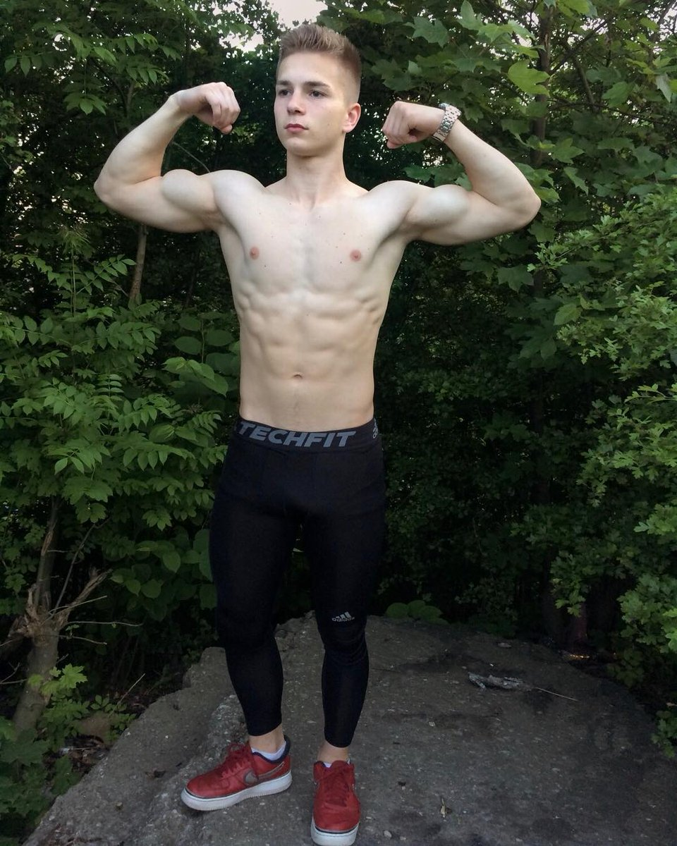 AMAZING! 18 year old flexing Back Muscles! - YouTube