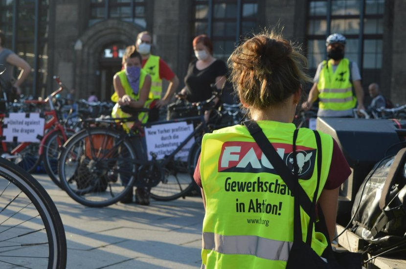 Tour de Classe bicycle rally in Dresden. Last Tuesday dozens of people cycled to @Lidl and @NewYorkerOnline stores in #solidarity with garment workers at #DragonSweater in #Dhaka fighting for full wages and severance pay.  #UnitedAgainstTheDragon   @IWW @CNTAranjuez @FORA_CAPITAL