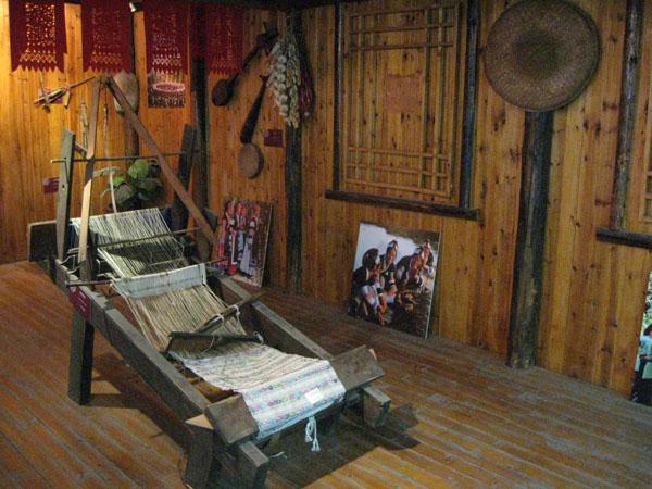 Nanjing brocade machine - via http://www.thesilkroadchina.com/photo-p4771-v341-nanjing-brocade-machine.html