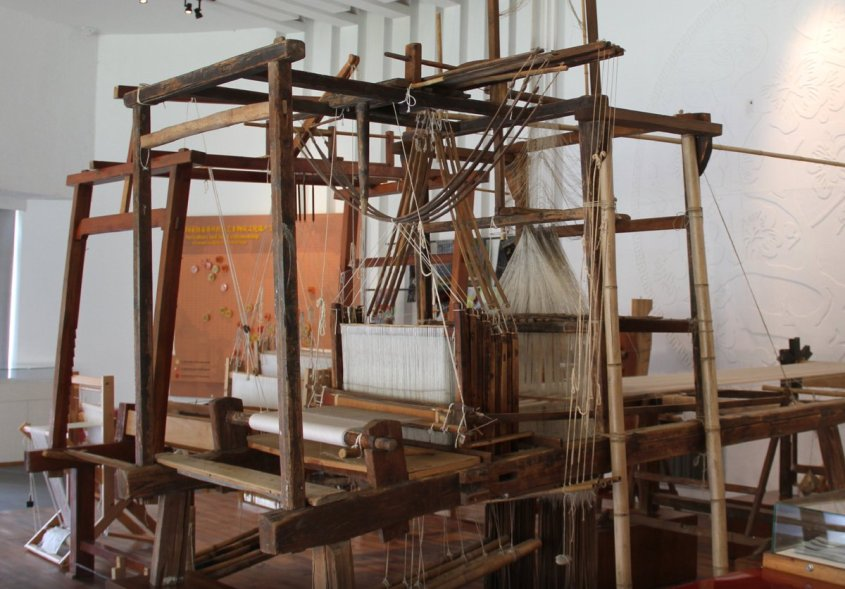 This is a great example of a damask loom -- amazingly complex. via the China Silk Museum.