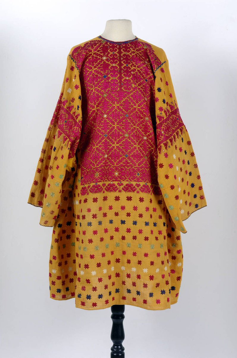 A yellow robe with bright red, green, and white stars. Nationaal Museum van Wereldculturen CC BY 4.0 via Wikipedia