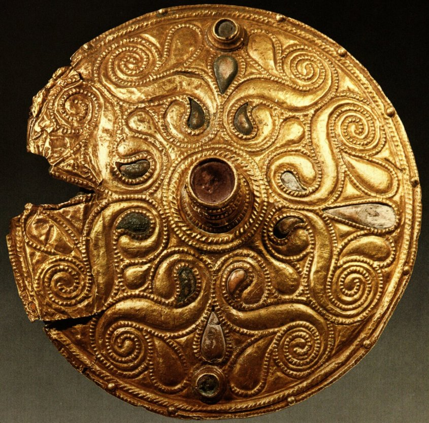 Celtic gold-plated bronze disc from Auvers-sur-Oise, Val-d'Oise, dated to early 4th century BC; on display at the Cabinet des Médailles of the Bibliothèque Nationale in Paris. Via Wikimedia Commons. It has teardrop shapes similar to boteh pattern.