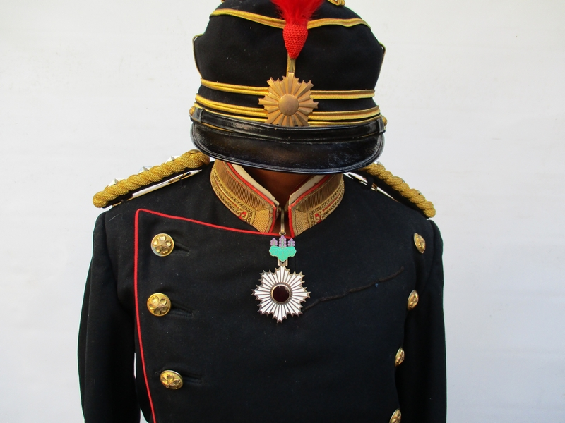 ヤフオク! - 蔵出し 舊日本軍 軍服 一式 明治 陸軍大尉[勲章 ...