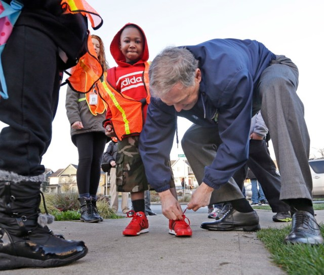Gov Jay Inslee Right Ties The Shoe Of Kindergartner Darius Richardson As Inslee