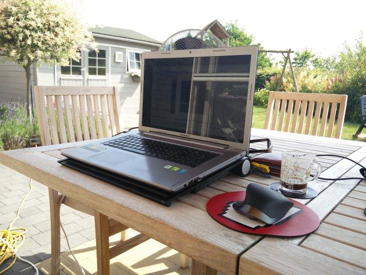 Laptop-van-pc-dokter-Hasselt-buiten-in-de-zomer-op-terras-1024x768 7 Tips om je laptop veilig te gebruiken bij warm weer