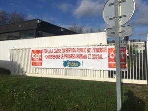 A l'invitation de la CGT mines énergie des militants de la section PCF du Pays des Brest et des Jeunesses Communistes sont venus soutenir les salariés du secteur électrique et gazier en lutte contre le projet de casse bien nommé Hercule. Brest – Jeudi 17 décembre 2020