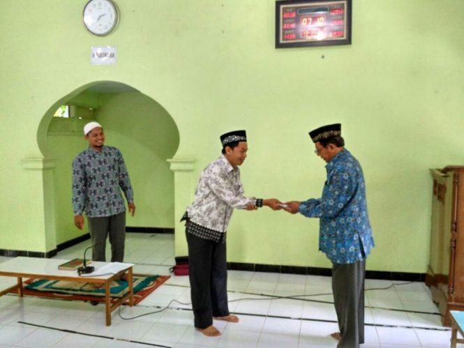 PCM Ponjong memberikan Bantuan 20 Sak Semen ke Pondok Al Murtadllo