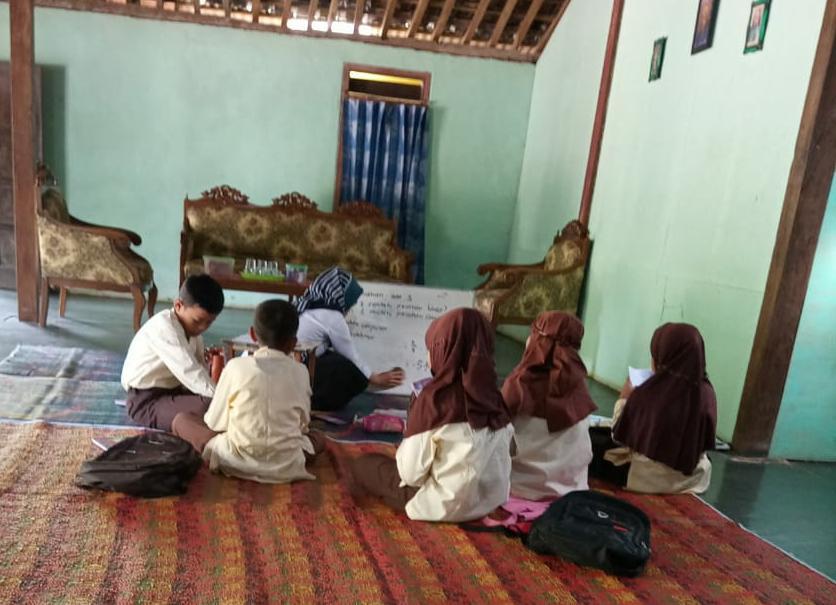 SD MUHAYO Menerapkan Strategi Guru Kunjung di salah satu Rumah Orang Tua Siswa
