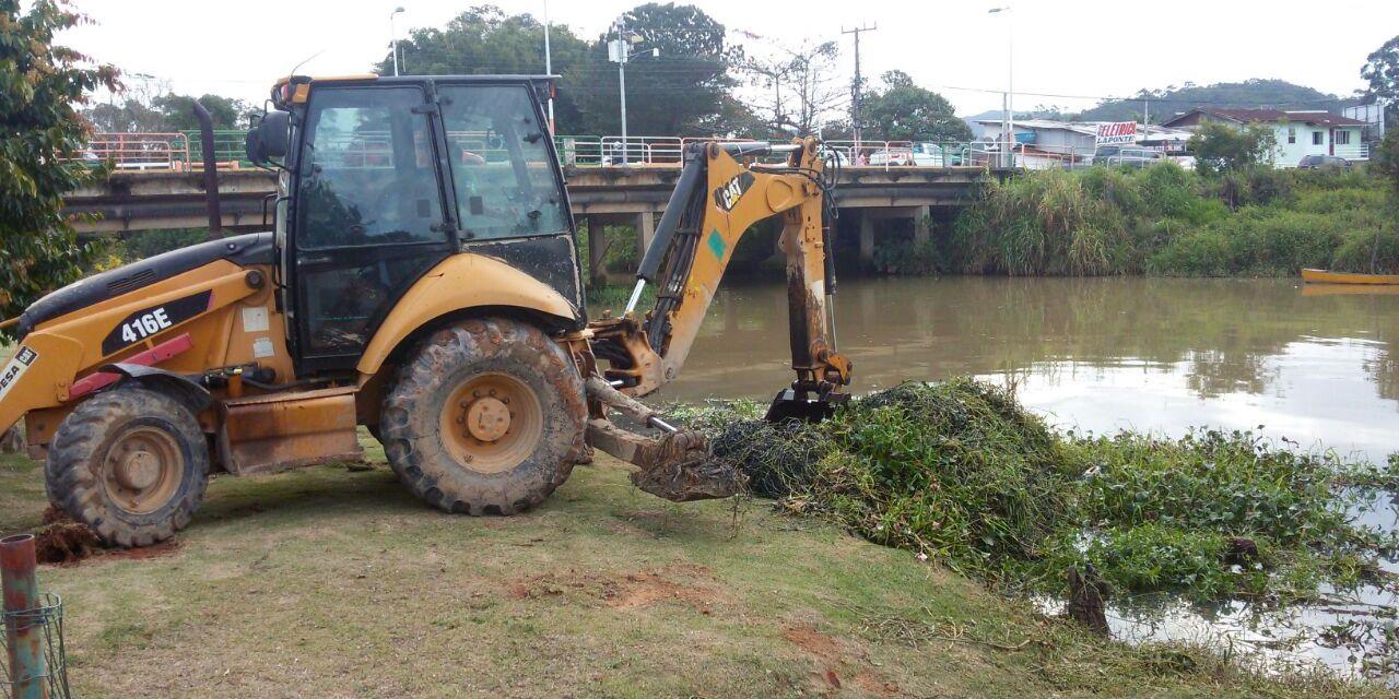 Prefeitura realiza limpeza da margem do Rio Camboriú