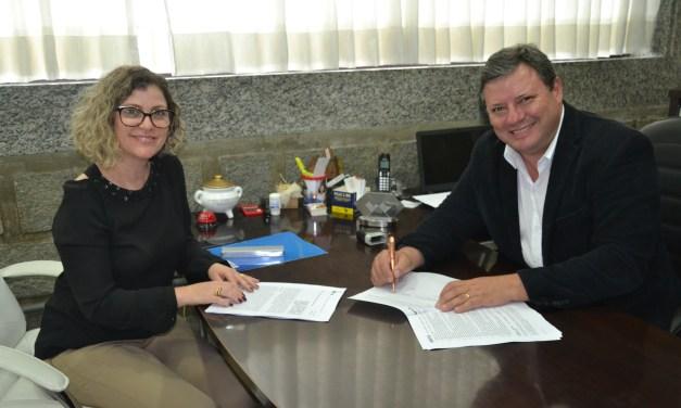 Prefeito de Camboriú assina repasses para construção de mirante no Caetés e sinalização turística
