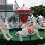 Praças de Balneário Camboriú recebem decoração de Páscoa