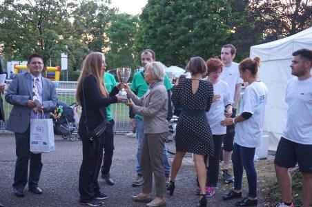 Mme Annie Lorrain, conseillère municipale déléguée à l'économie (relations avec les entreprises) de Villers-lès-Nancy, remet le trophée du challenge Tours de Piste à Air Lorraine