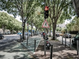 A wide boulevard leading to the southern suburbs. Well designed, with side streets, bicycle road and many trees