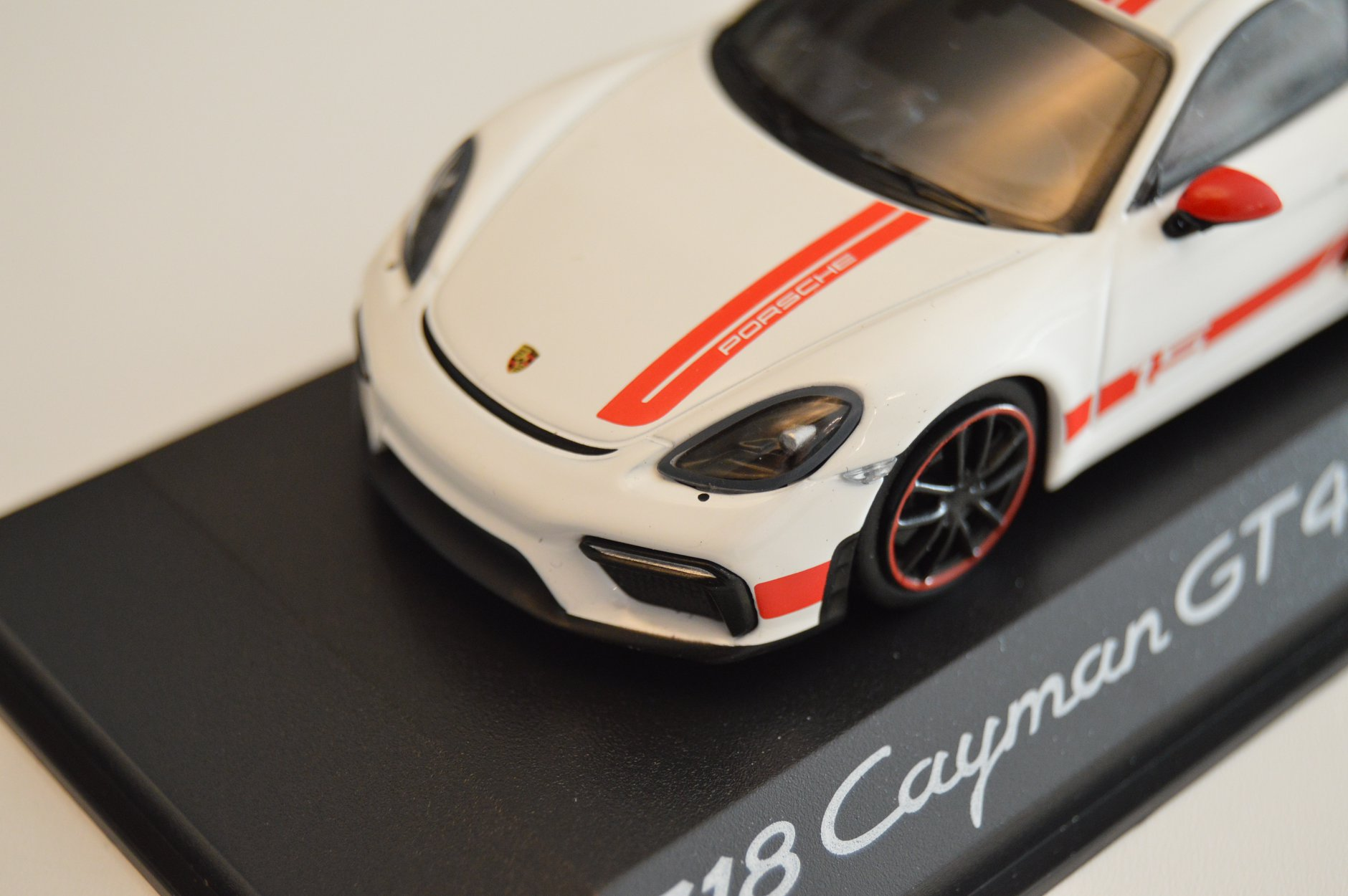 porsche_718_cayman_gt4_sports_cup_edition_minichamps_phares