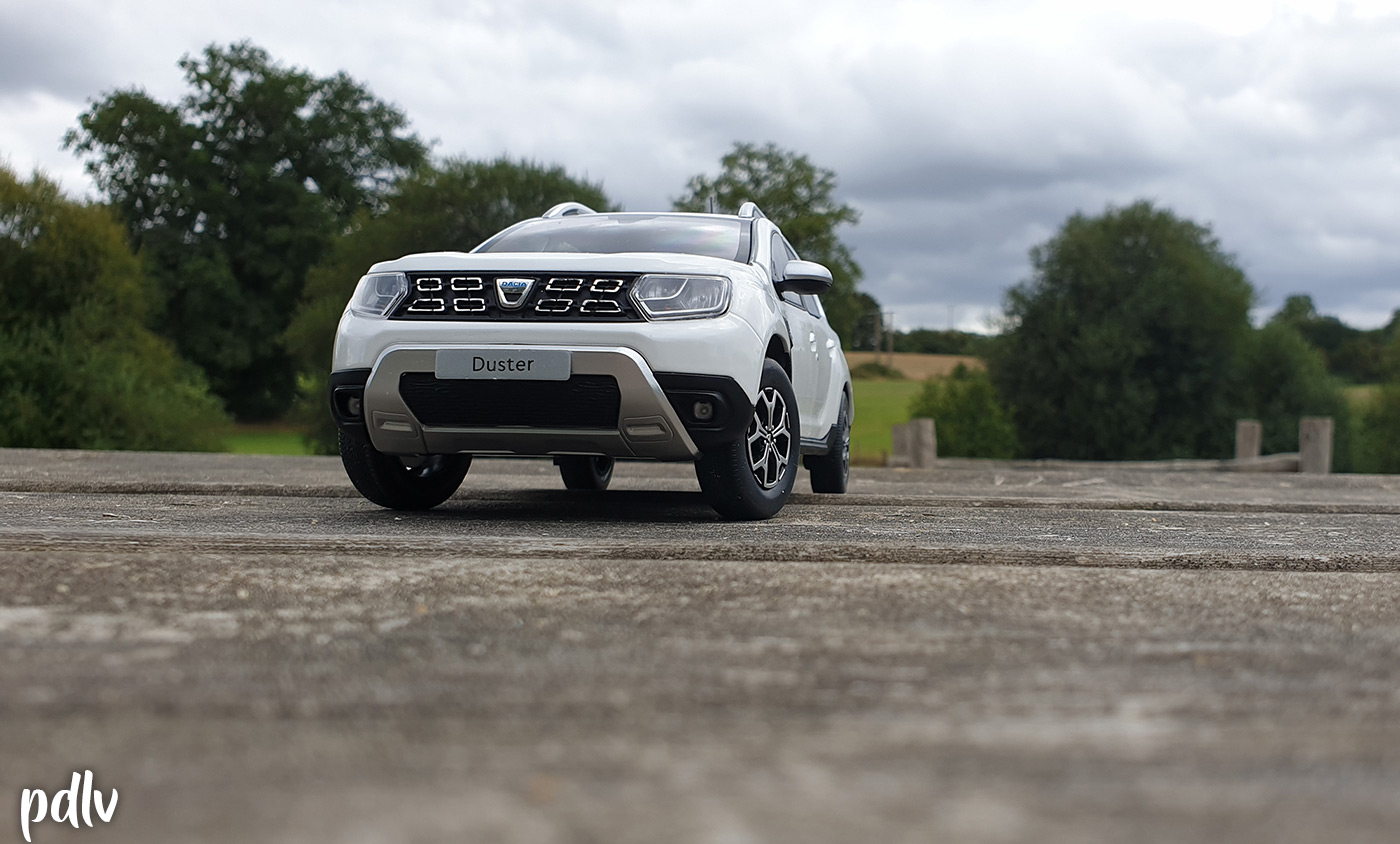 Vue avant du Dacia Duster Solido blanc