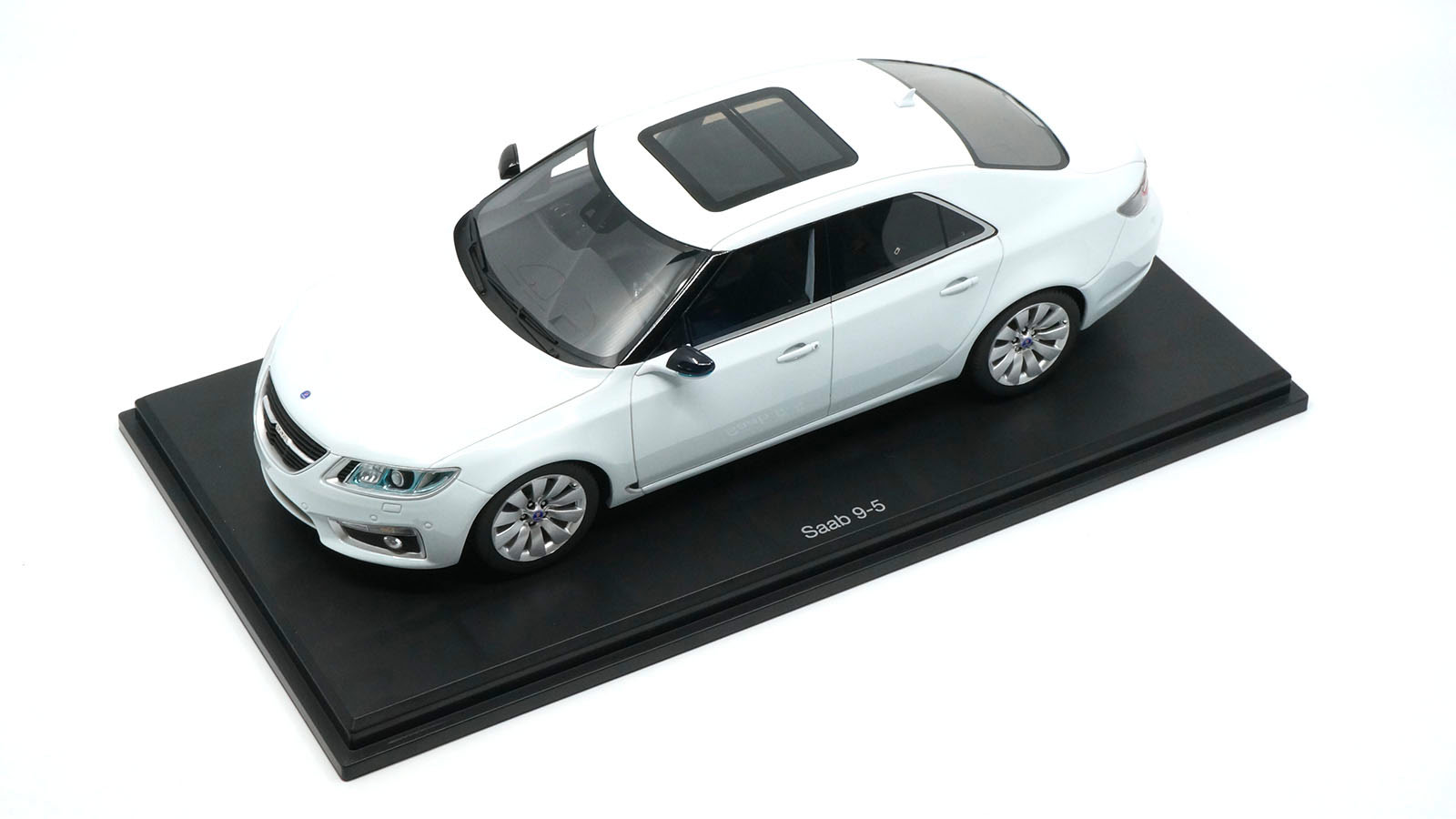 Saab 9-5 DNA Collectibles 1/18 sur socle