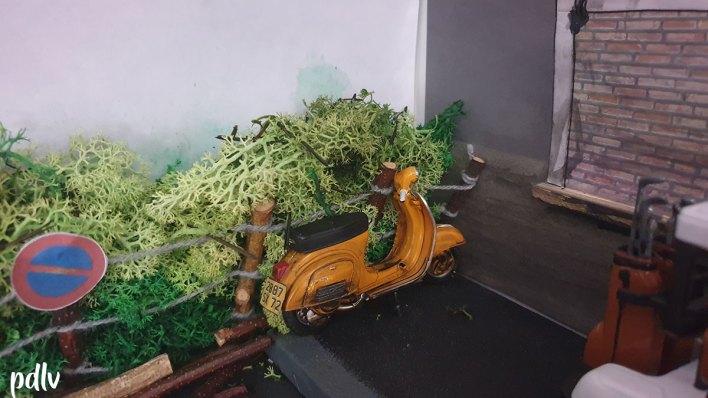 Diorama 1/18 avec vieux scooter Vespa