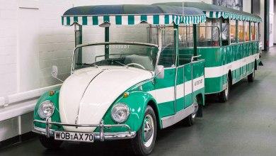 Photo de Une VW Coccinelle transformée en petit train touristique