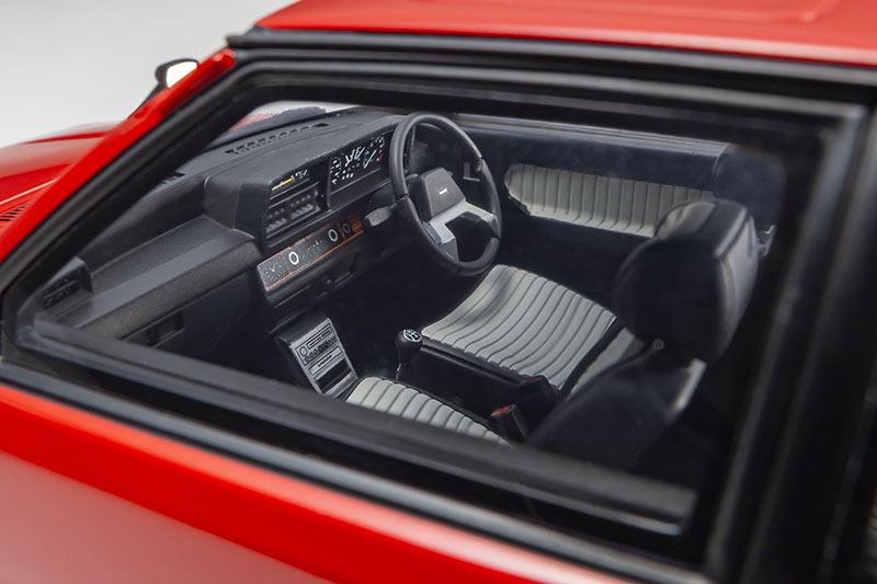 1/18 Mazda Familia Kyosho intérieur