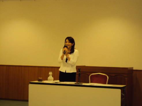 三重県市議会議員連絡協議会でスピーチをする田村憲久大臣の嫁・田村圭子夫人の画像
