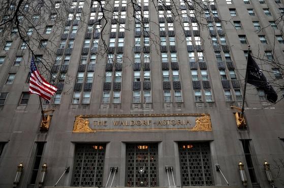 미국 뉴욕 맨해튼의 유서 깊은 호텔 월도프 아스토리아 외관.중국 안방보험이 이 호텔을 매입했다. 중국 정부는 18일 중국 기업의 해외 부동산 매입을 제한하는 내용의 지침을 발표했다.[맨해튼 로이터=연합뉴스]