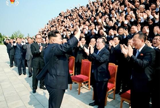 김정은 북한 노동당 위원장이 '대사(大使)회의'에 참석한 외교관들에게 손을 흔들고 있다. 조선중앙TV는 회의가 열린 시점을 공개하지 않은 채 지난해 7월 이 장면을 보도했다. 대북 소식통들에 따르면 북한은 태영호 전 공사의 귀순을 계기로 재발 방지를 위해 외교관과 가족에 대한 소환령을 내렸다. [조선중앙TV 캡처]
