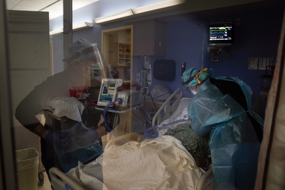 On the 7th, medical staff at a hospital in California are caring for a patient with Corona 19. [AP=연합뉴스]