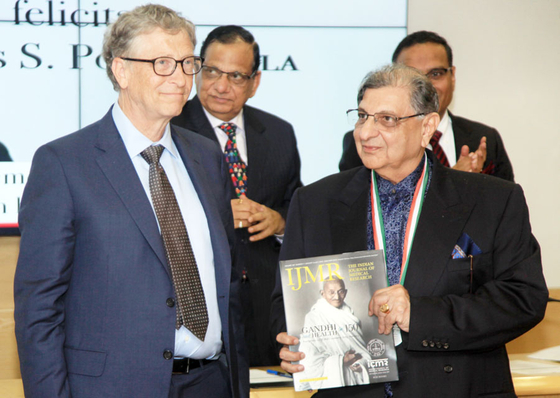 President Sidus Funawala (right), who founded the Indian Serum Research Institute (SII), a vaccine company in 1966, is receiving the Lifetime Achievement Award from the Indian Medical Research Council in November 2019 from the founder of Microsoft.  President Gates founded the Bill & Melinda Foundation to provide vaccines and clean water to children in developing countries. [SII 홈페이지]