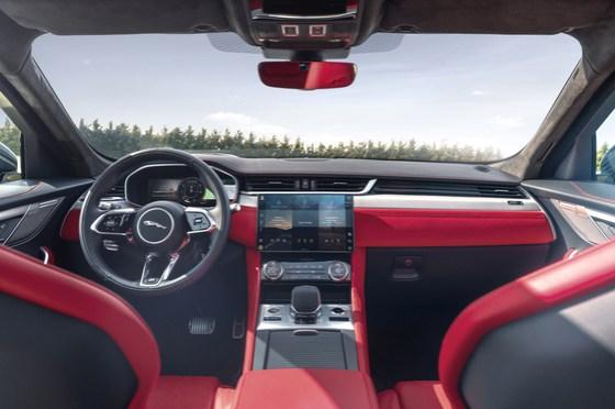 LG 전자 차량 인포테인먼트 시스템을 탑재 한 재규어 F-PACE의 차량 내부. [사진 LG전자]