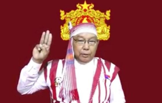 맨 윈-카이 잉 탄 민간 정부 대표가 미얀마 군대에 대한 저항을 상징하는 세 손가락 경례를하고있다. [트위터]