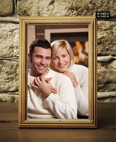 Thay đổi kích thước một hình ảnh trong một Clipping Mask với Free Transform.  Hình ảnh © 2012 Photoshop Essentials.com
