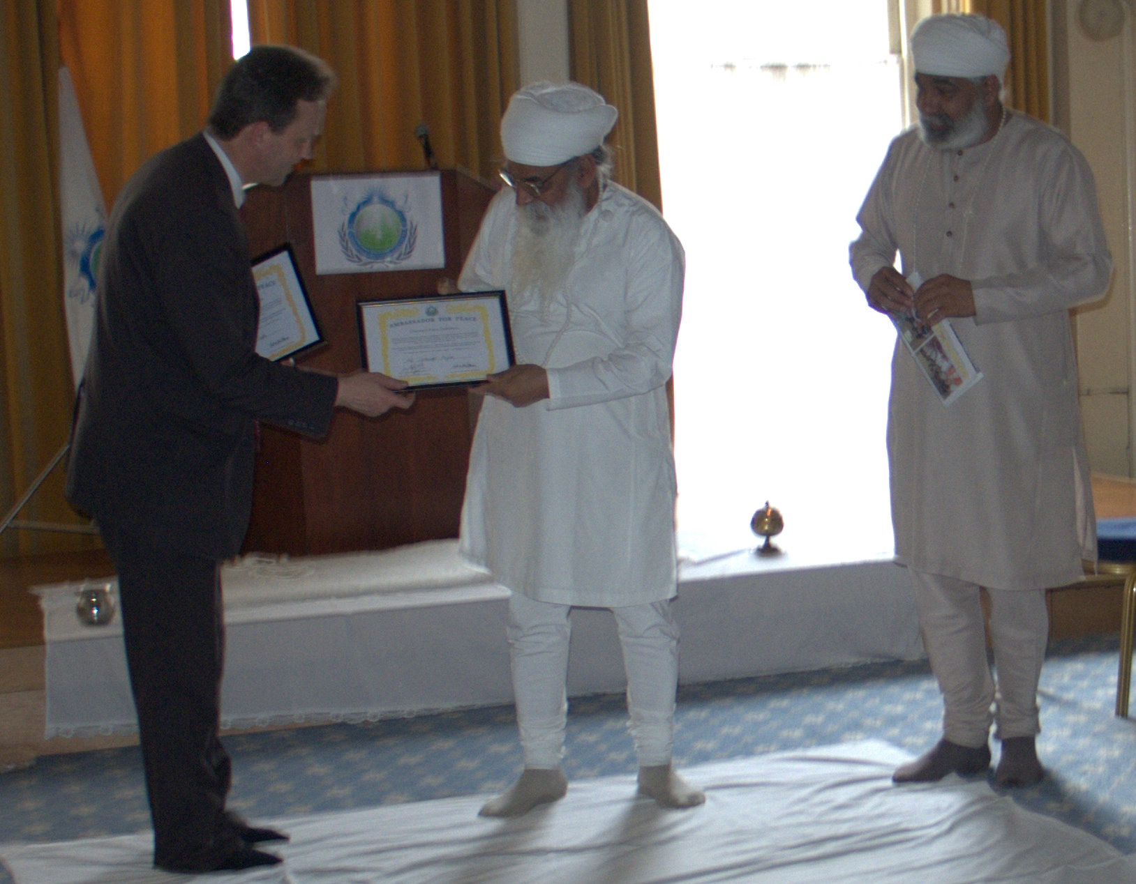 Presenting Sant Tehal Singh with an Ambassador for Peace Award