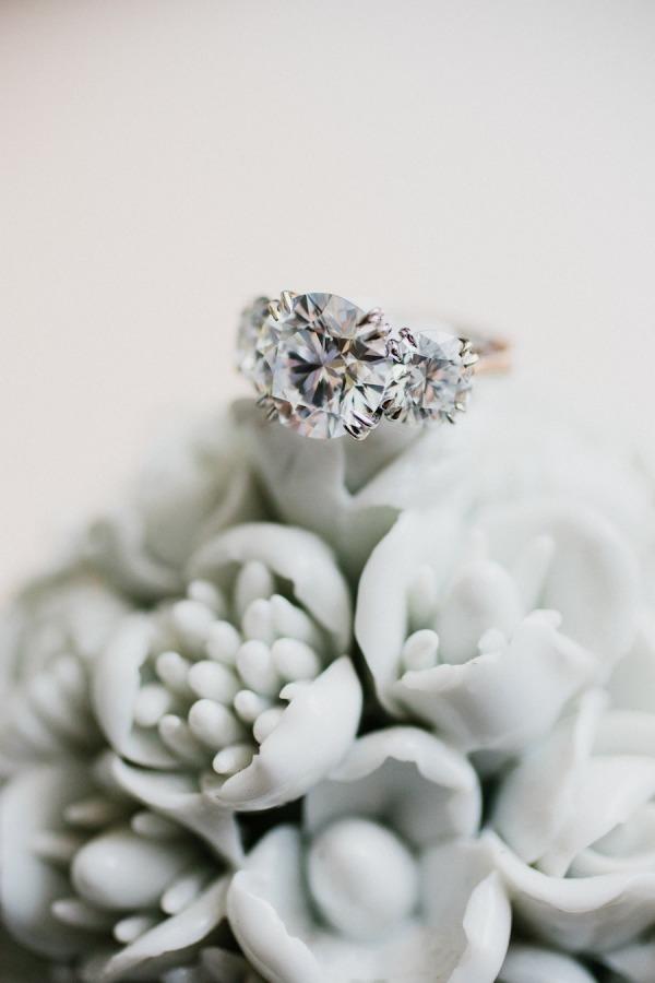 stunning-round-cutting-diamond-3-stone-engagement-ring