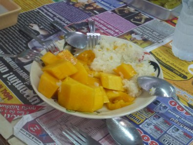 At the Thai food markets one of the cousins of our guide makes us sticky rice with mangoes - delicious