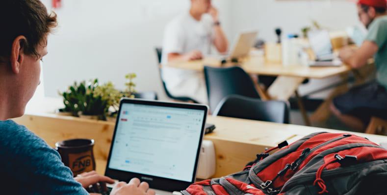 το γραφείο του Διαδικτύου που χρονολογείται Οι άνδρες που χρονολογούνται στο διαδίκτυο