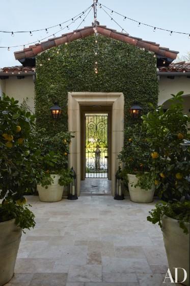 khloe-kardashian-home-house-inside-decpratio-architectural-digest-2-373x560