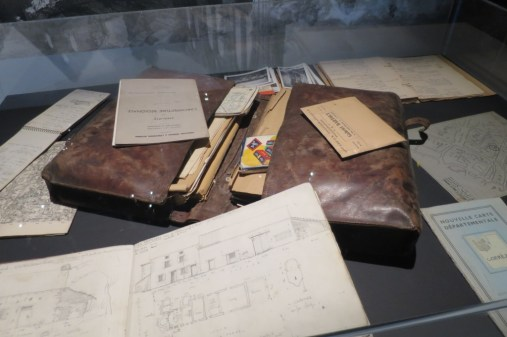 Mallette d'un enquêteur sur l'architecture en 1944, Archives nationales