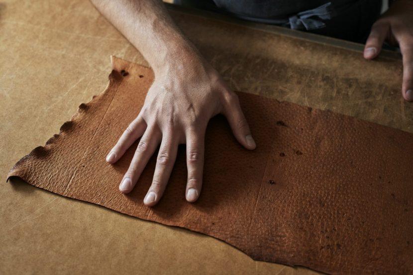 pelle di pecari e un artigiano