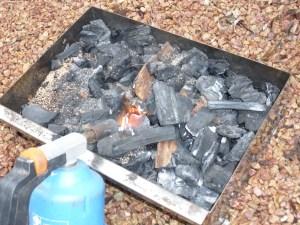 Allumage du charbon de bois du fumoir