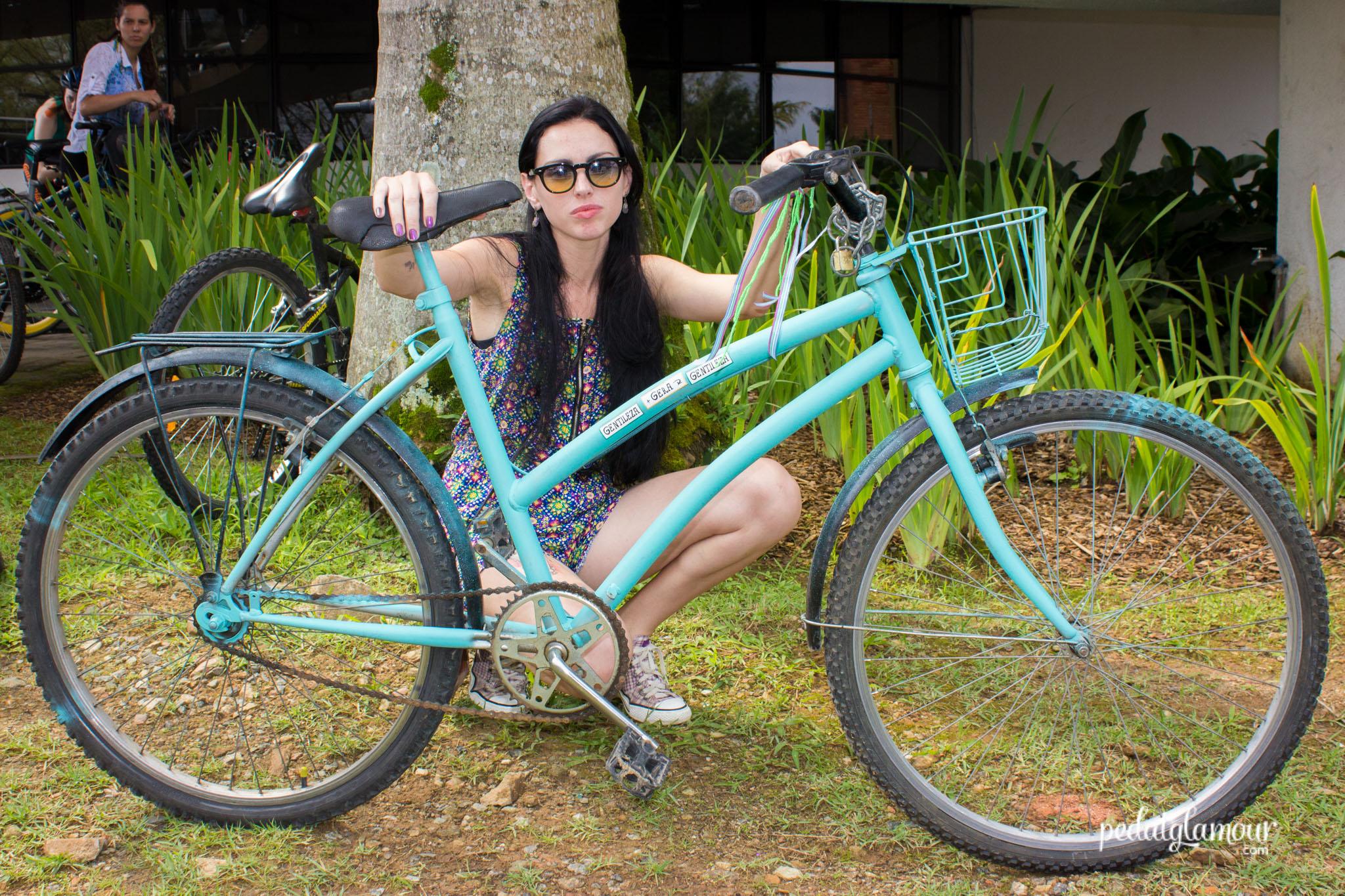 Pensem numa diva boa de spray: essa é a Alice e sua bike que chegou cinza e saiu Bianchi :)