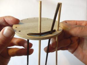 Step4 gebogene Stake an den Boden drücken
