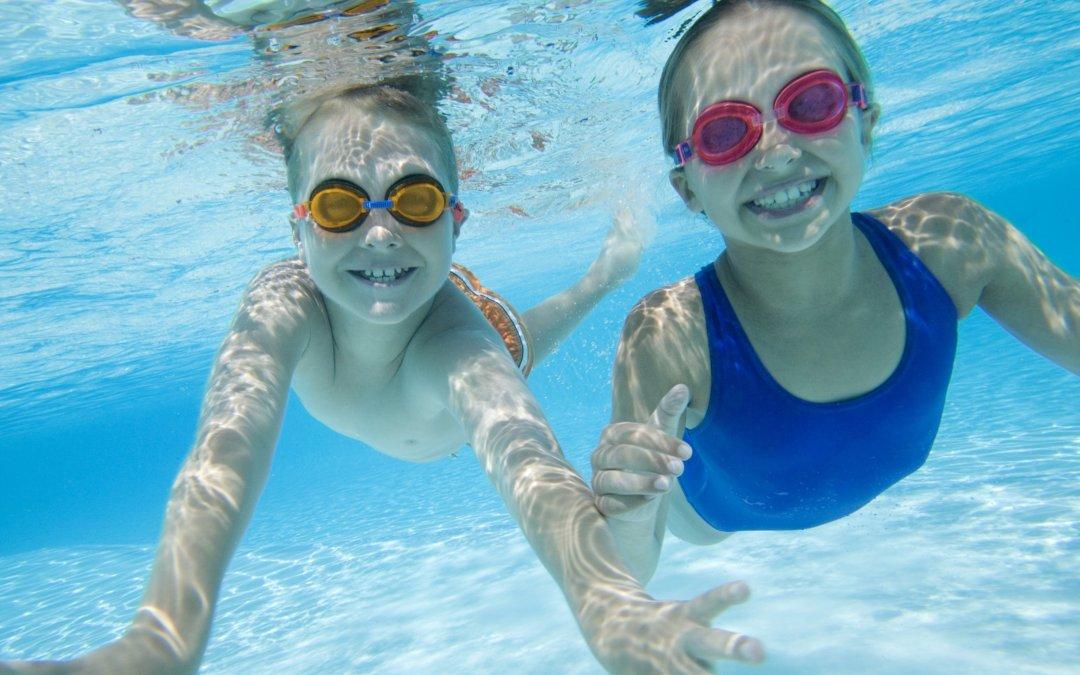 Jugar en el mar o en la alberca puede poner en riesgo la salud visual de tu pequeño