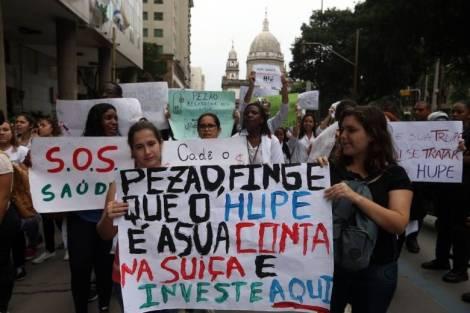 LINS7809 - RJ - 03/12/2015 - RESIDENTES/PROTESTO - METROPOLES OE - Residentes da saúde do Hospital Pedro Ernesto no Rio de Janeiro, com pagamentos atrasados desde de outubro, fazem protesto pelo centro da cidade nesta manhã de quinta-feira (03). Foto: FABIO MOTTA/ESTADÃO