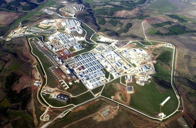 2015-04-06_CampBondsteel_Kosovo_Wikipedia