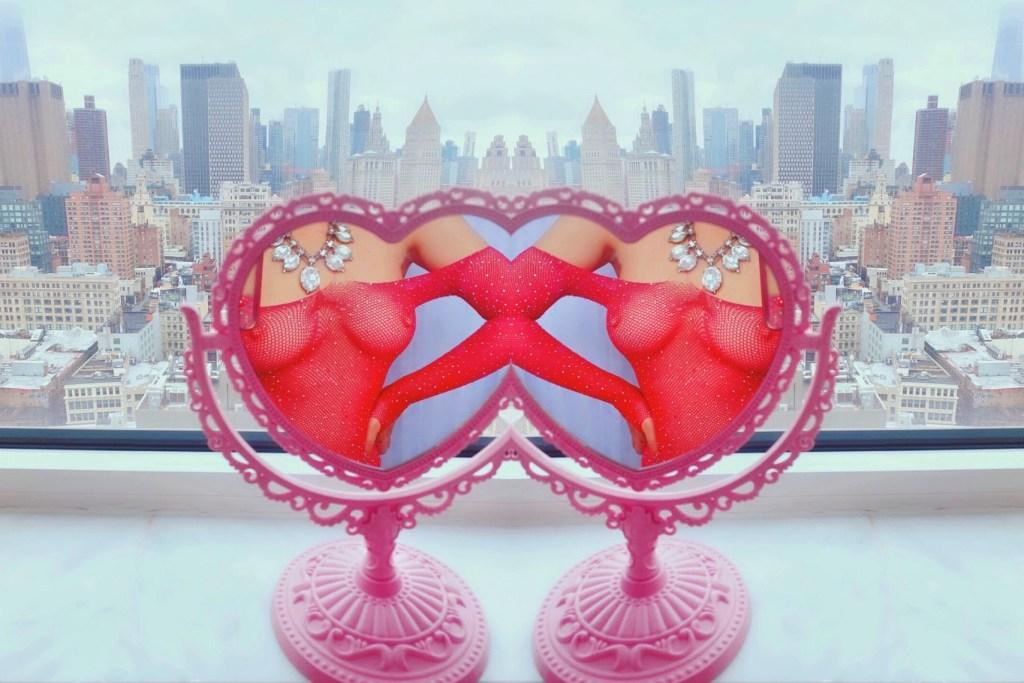 Aussie Rachel in heart mirror